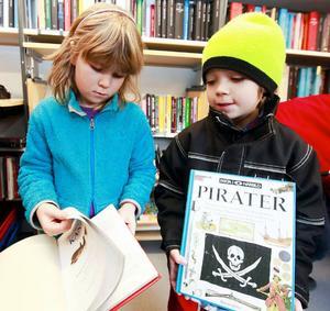 Tula Widén och Leo Nilsson från årskurs 1 var två av barnen som lånade böcker när bokbussen kom till Häggenås skola i torsdags.Alicia Åhlén och Tula Widén läser en bok eller en tidning om dagen.Oscar Widding och Leo Nilsson läser inte lika mycket, fast de gillar böcker.