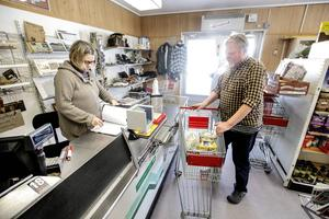 Makarna Eva och Peter Berg är 64 respektive 70 år fyllda och har drivit butiken i Rötviken sedan 2008. De har inte lyckats hitta en köpare till butiken och stänger för att gå i pension.