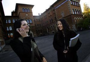 En mobil intill örat gör att man känner sig vara med livet. I Anne Johnssons liv är mobilen näst intill en kroppsdel. Magda är inte lika ivrig användare.