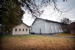 MC-klubben huserar i det lilla huset till vänster, i området Väster park. Till höger ses den gamla gymnastiksalen.