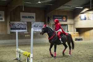 Rödluvan på hästryggen.