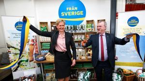 Svenskmärkning AB:s vd Maria Forshufvud och lantbruksminister Sven-Erik Bucht (S) inviger den nya ursprungsmärkningen, Från Sverige.