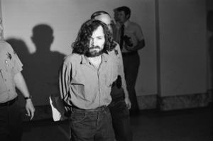 Charles  Manson på väg till rättegång. (AP Photo/George Brich)