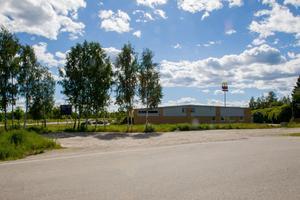 På den här tomma tomten kommer den nya bilverkstaden och bilhallen att byggas.