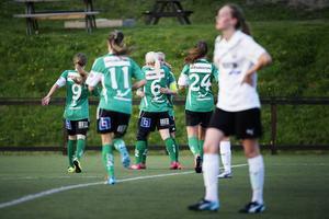 Själevads anfallare Moa Eriksson (med lagkaptensbindel) firar efter ett av sina två mål.