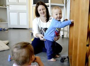 Mötesplats. Torsdagsmys i Grythyttans församlingshem är ett sätt för föräldrar med små barn att träffas och umgås med både vuxna och andra barn. Evelina Johansson kommer gärna med sonen Hugo.