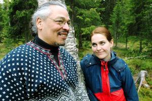 Från Haiti via Jukkasjärvi till Härjedalen. Sedan ett år tillbaka bor glasblåsaren Philippe Sansaricq och hans hustru Monika i Ljungdalen.