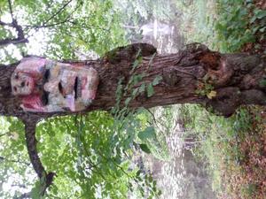 Gillade bl a Linda Hedendahls masker i tyg/ tråcklade tygbitar i Ängelsbergs Skulpturpark. Hon hade valt rätt träd till varje mask. Lite kusliga men samtidigt fina och känsligt gjorda i vackra färger. Tyvärr tog utställningen slut idag. Så sista chansen var i lördags. Hoppas på ny Skulpturpark nästa vàr !