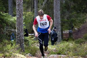 William Lind var i särklass överlägsen alla andra herrar i årets upplaga av Hackmoras bergslopp – och vann på den nya rekordtiden 11.55.
