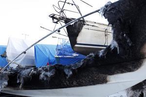 """FÖREN ANTÄNDES. Fören i segelbåten intill en av de anlagda bränderna tog också eld. Den spred sig och totalförstörde båten. """"Det är för sorgligt. Så mycket jobb som jag har lagt ned på den, säger ägaren Rolf Samuelsson."""