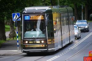 Kanske en syn för örebro? Det här är Stockholms nya spårvagn, spårvagn nummer 7 fotograferad på Djurgården. Linjen går mellan Sergels Torg och Waldemarsudde.