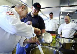 Kockarna Kurt Weid och Kristian Andreasson arbetar medan Torbjörn Wiklund och kökschefen Joakim Eriksson tittar på.