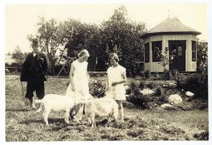 Erik Axel Karlfeldt 1929 tillsammans med sina döttrar Anna och Ulla.