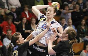 Lina A Karlsson, vänster nia i IVH gör ett av sina tre mål i första halvlek.
