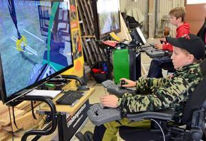 Flygar Albin Bustad kör simulator - en blivande skogsmaskinsförare?