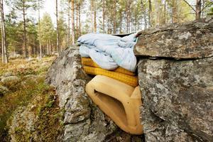 Madrasser, täcken och kuddar har kilats in mellan stora stenblock.