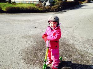 När sparkcykeln absolut måste fram trots allt grus som är kvar... Då är det vår i Latorp enligt Astrid, 6 år!