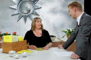 Eva Sandell från Vittinge skrapade triss på lördagsmorgonen. Med på ena bilden är programledaren Jesper Börjesson.