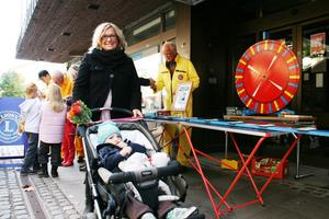 LOTTERI. Diaz Sjöberg med mormor Ingela Niemeijer köpte lotter av Lennart Welin på Lions.