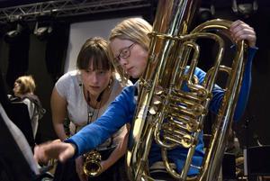 Amanda Lindgren spelar tuba och Anne Höglund sopransaxofon.