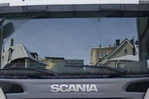 Vilken fin utsikt man har från den stora plåtburken (lastbilen)! Var på stan häromdagen och såg av en händelse hur fint det speglade sig i lastbilens stora öga (framruta).