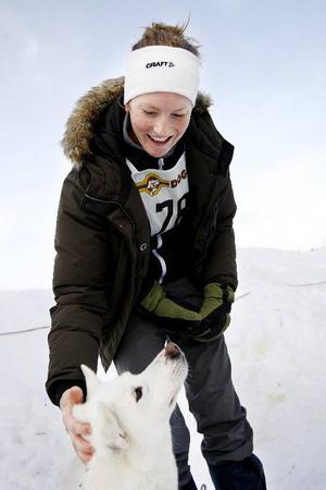 Elin Björk och hennes syster Ida åkte upp från Åmål med 21 hundar och hemma på gården finns ännu fler.
