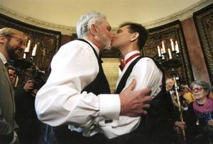 Nils Olofsson och Per Jansson vigdes i januari 1995 som ett av de första paren efter den nya lagen om registrerat partnerskap för homosexuella.