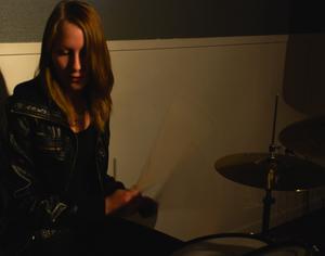 Caroline Claesson är Wrong Channels trummis. Foto:Christian Larsen