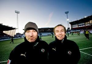 Lars Mosander (till höger) har skrivit på ett tvåårs-kontrakt med ÖSK. Till vänster Sixten Boström.
