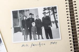Ritva i mitten med sin svenska fosterfamilj.