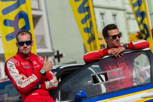 Emil Bergkvist (till höger på bilden) är tillsammans medco-driver Joakim Sjöberg taggade inför det finska VM-rallyt.