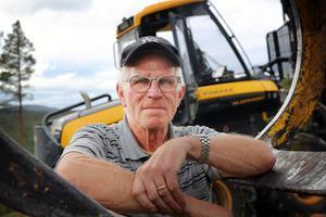 I över 50 år har Ragnar Engström kört skogsmaskin och tillhör pionjärerna som var med när skogsbruket moderniserades. Sin första skotare köpte han 1966.