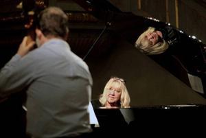 Syskonen Palle Danielsson och Monica Dominique behärskar konsten att sätta fart på de mest sönderspelade låtar, fredag kväll fick de välkommet gensvar från publiken i Sunne kyrka.