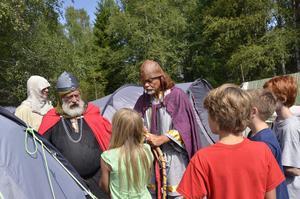 Inspektion. Lägrets rövarhövding och rövarchef har kommit till det västmanländska lägret och tycker det är för dåligt städat i tälten. Därför måste lägerborna plocka en liter blåbär till dem.
