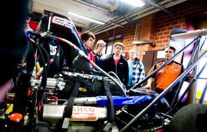 Femfaldige europamästaren i dragracing Mikael Kågered, t h, och hans racingteam besökte på tisdagen Erikslundsgymnasiets fordonsprogram.
