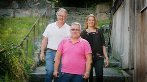 Olle Jansson (S) och Hanna Stymne Bratt (S) välkomnar sin nye partikamrat Lars Sjöblom (mitten), före detta moderat som byter parti en månad innan valet.