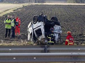 En person dog i olyckan där en personbil voltade ut på åkern intill Riks 80.