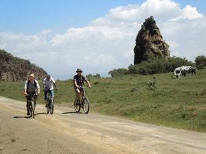 Sven Gustavsson och Ulf Ehleskog på cykeltur genom nationalparken Hells Gate tillsammans med guiden Simon Mutua. Foto: Kjell Ahnfelt