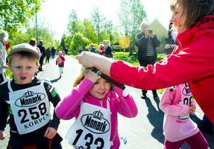 - Det gick bra att springa och jag fick en bra och fin medalj, säger Svante Flank. Sally Halvarsson får även hon en medalj av Elisabeth Eriksson.