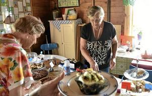 Kakguide. Lilian Wickström guidade bland bakverken. Vid dagens början var det fullt på bordet, senare tomt.