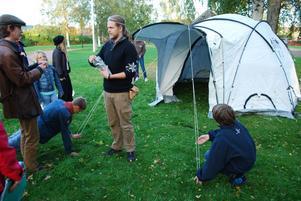 ... och när alla pinnar är på plats står tältet där.