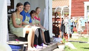 Emma Sundin, 15 år, Josefine Lind, 14 år, Elvira Svärd, 13 år, och Therese Lind, 14 år, kommer att ha kaféet öppet fram till skolstarten den 25 augusti.