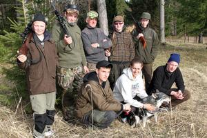 Redo för jakt: Emil Frej, Victor Nordh, Sten-Ove Jönsson, Marcus Simonsson, Johan Almqvist, samtliga från Sävsjö, jagar tillsammans med sina värdar Daniel Bohlin, Teresia Olsson och Johan Wallin, samt hunden Amira.