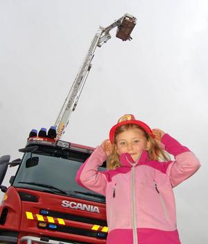 Sexåriga Petronella Eliasson fick en plasthjälm och en höjdartur i räddningstjänstens hävare.