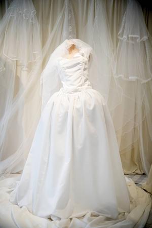 På 1920- talet börjar vanligt folk använda vit brudklänning. De pampiga prinsessklänningarna kom på 1980-talet.