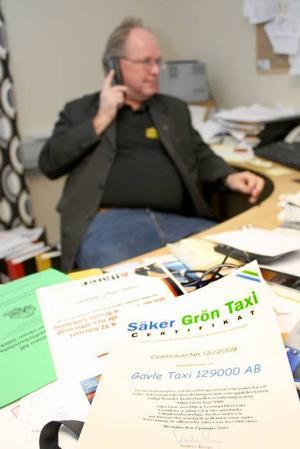 """Gävle Taxi uppfyller certifieringen av taxiförbundets """"Säker grön taxi"""" och fick häromdagen diplom för andra gången."""