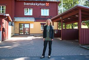 Nathalie Holmström utanför Brukskyrkan i Kolsva.