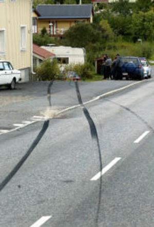 En förare tappade kontrollen över bilen på Sidsjövägen i går eftermiddag och det bar av rätt in mellan husen. Ingen skadades dock vid olyckan.