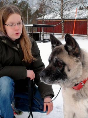 Johanna Johnsson driver F4 Hundcenter tillsammans med maken. – Problemet ökar hela tiden. Hundägarna blir allt fler. Vi får fler och fler hundägare som vill lämna in sina hundar här över nyår för varje år, säger hon. Hennes hund Rakel är mest rädd för att möta Birger, Storsjöodjuret, då de går på stan.