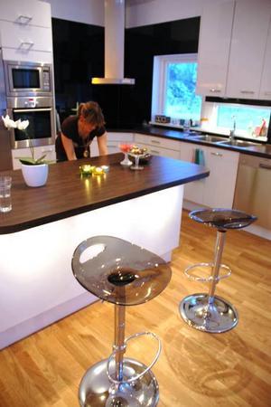 MODERNT. Köket och vardagsrummet är modernt inrett.